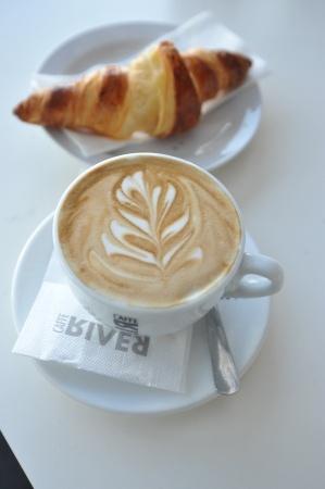 Чашка ароматного кофе со сливками. Фото: Архив КП
