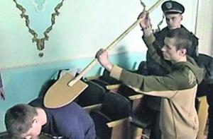 На следственном эксперименте маньяк Александр Сергов показывал, как убивал. Оперативная съемка
