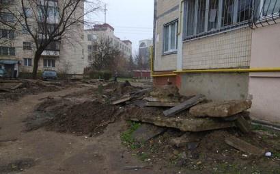 Местные жители пробираются домой через окопы. Фото: hrabro.com