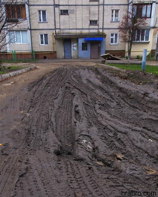 Можно улицу смело переименовывать в Болотную. Фото: hrabro.com