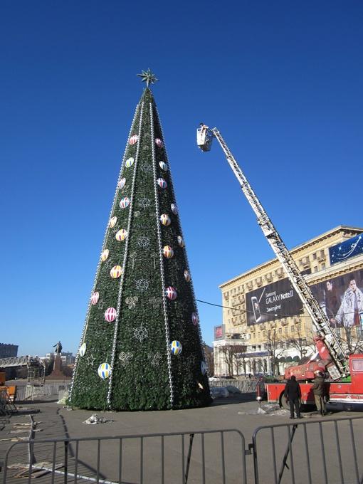 Сияние главной елки Харькова превзойдет все ожидания. Фото Юрия ЗИНЕНКО.
