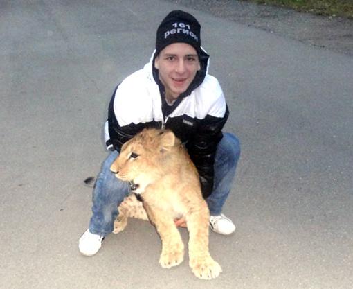 Коля Гапоненко вместе со львенком - главные герои сегодняшнего дня в школе. Фото: Из архива Коли Гапоненко