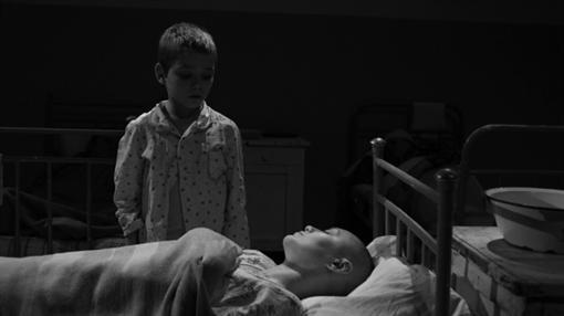 По сюжету, возврщаясь из эммиграции в родную Одессу мать мальчика заболевает тифом и умирает.