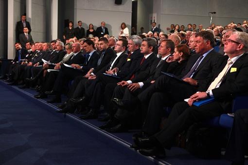 На съезд приехало больше бизнесменов, чем мог вместить зал