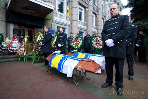 У входа в Дом офицеров выстроилась огромная очередь из желающих проститься с погибшими моряками. Фото: