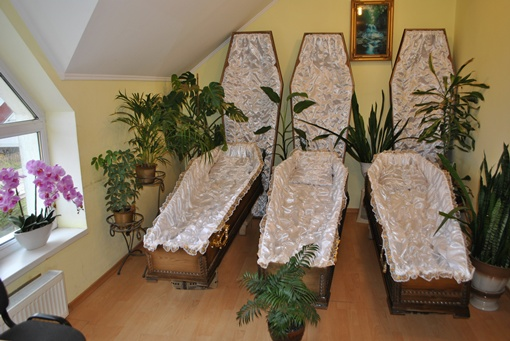 Сотрудники похоронного бюро разделяют чувство юмора Степана Пиряныка и считают, что гроб-диван очень удобный. Фото из архива Степана Пиряныка.