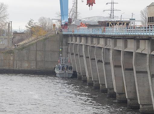 С этого катерка водолазы регулярно обследуют подводные конструкции плотины. Фото: Максим ЛЮКОВ.