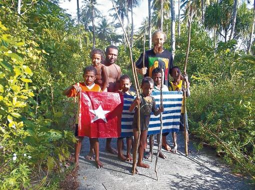 Фотографироваться на фоне флага папуасов в Индонезии запрещено. Но украинца это не напугало. Фото: из архива Артема Шапиренко.