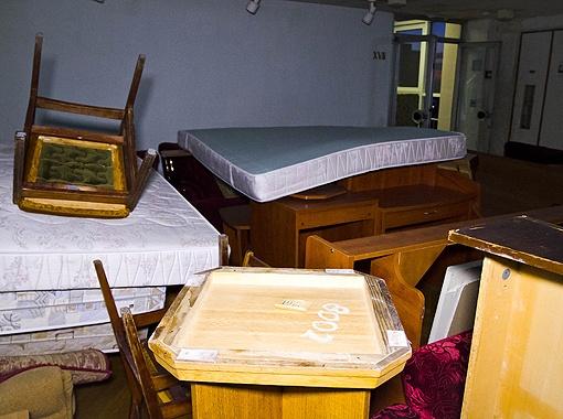 Часть мебели перекочевала в холл. На каждом предмете свой инвентарный номер.