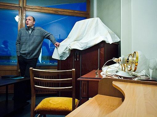В двухкомнатном номере Андрея Парубия мебель снесли в одну из комнат. А во второй переклеивают обои. Фото: Артем СЛИПАЧУК.