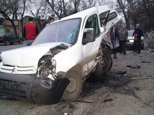 Renault Megane на скорости врезался в припаркованные у райотдела милиции автомобили. Фото: forum.od.ua
