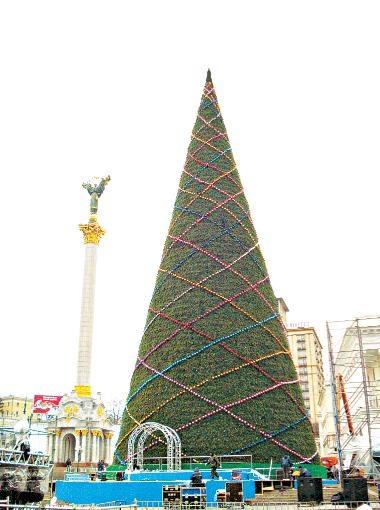 Киевская елка, поставленная в прошлом году. Фото Дмитрия Дерия.