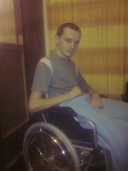 Уже год Евгений не может ходить.