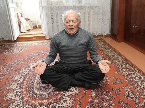 Медитация в позе лотоса, уверяет Холмов, оздораваливает тело и поднимает настроение. Фото: Геннадий МАКОВЕЦКИЙ.