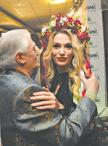 Поэта Юрия Рыбчинского вдохновляют красивые женщины - такие как Ольга Сумская. Фото: Олег ТЕРЕЩЕНКО.