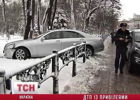 Анатолий Матвиенко после аварии не узнает свою машину. Фото  с сайта ТСН.