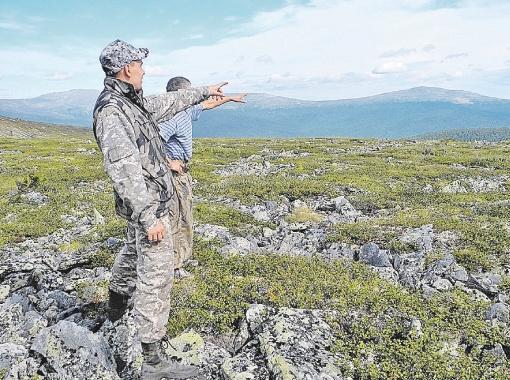 Туристы из Озерска показывают, в  какой стороне они видели огненный шар в  ночь на 5 августа 2012 года. Фото автора.