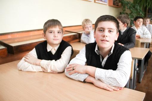 Поклонник девочки Кирилл Болотов (справа) посвятил ей стих. Фото Геннадия Маковецкого