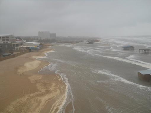 Волны едва не затопили базы отдыха. Фото: управление информации горсовета.