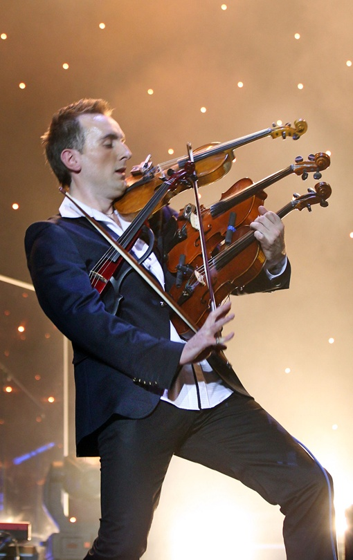 Александр играл на четырех скрипках одновременно.Фото Евгения Кравса.