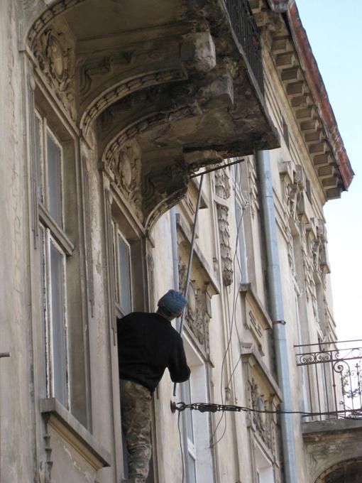 Привести в порядок все балконы - нет денег. Фото из архива