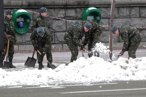 У солдатиков мерзнут руки, и чтобы отогреться, они часто бегают на перекур. Фото ОЛЕГА ТЕРЕЩЕНКО
