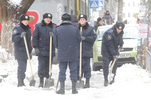 Милиционеры разгребают снежные заносы. Фото ОЛЕГА ТЕРЕЩЕНКО