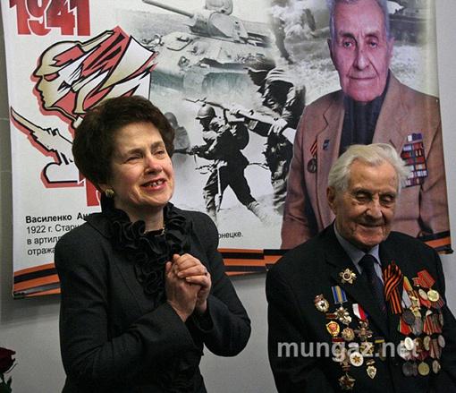 Людмила Янукович тепло поблагодарила художника. Фото