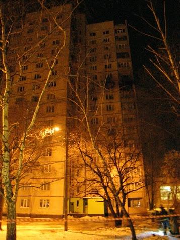 16-этажка погружэена в темень - отключена от всех коммуникаций.