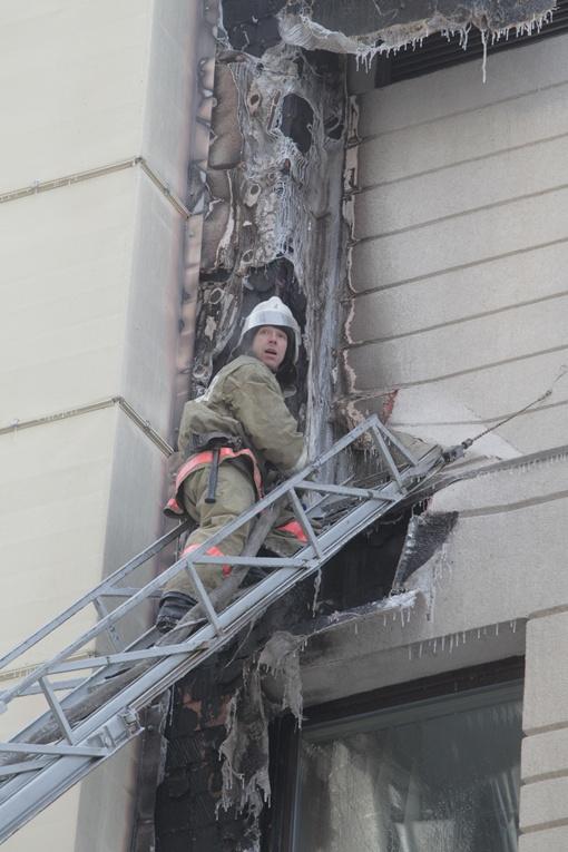 По утеплителю огонь за несколкьо секунд распространился с первого до шестого этажа. Фото: Олега Терещенко