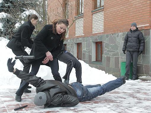 Вот так будет с каждым, кто посягнет на охраняемую персону. Фото: Олег ТЕРЕЩЕНКО.