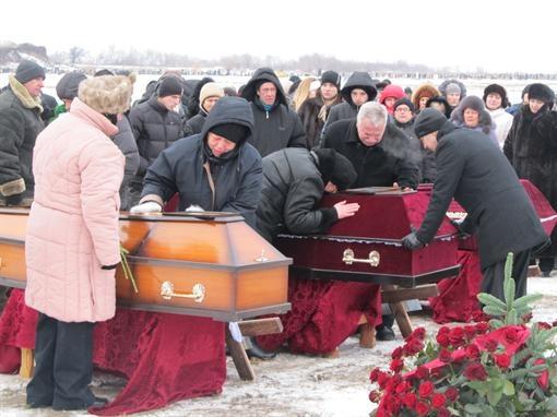 Для погребения подготовили три могилы: одна побольше и две стандартные. 21-летнюю Любу Шеховцову похоронили в одном гробу с 11-месячным сыном. Фото Алексей Битнер.