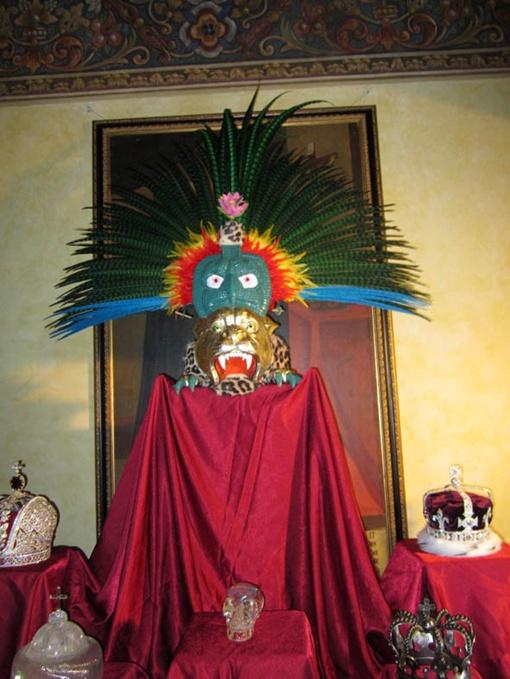 Для копии короны вождя племени майя использовали перья фазана. Фото: автор.