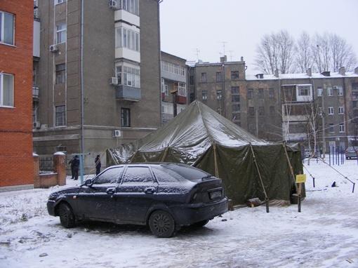 Милиционеры спасаются от холода в пункте обогрева за домом. Фото Елены ПАВЛЕНКО