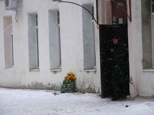 К подъезду погибших принесли живые цветы. Фото Елены ПАВЛЕНКО