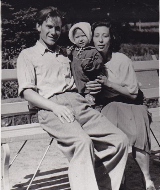 В молодости с женой и маленькой дочкой.