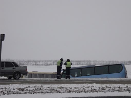 Обе машины сползли в кювет. Фото: mariupolnews.com.ua