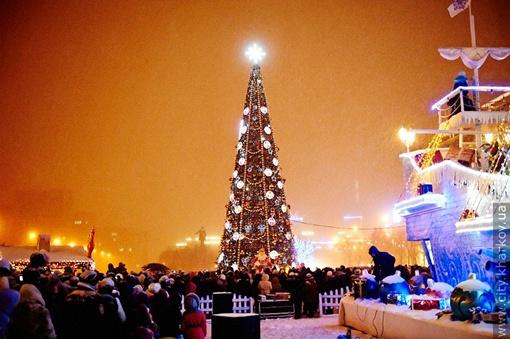 На харьковской елке около 100 тысяч фонариков и несколько десятков километров гирлянд. Фото сайт Харьковского городского совета.