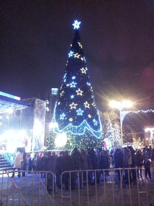 Донецкая елка от французских дизайнеров: мало огоньков! Фото Павла КОЛЕСНИКА