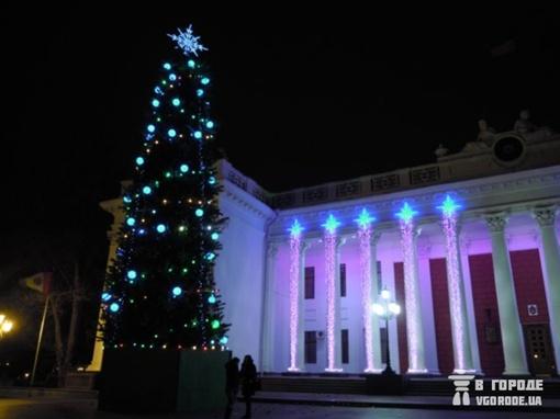 На одесской елочке много фонариков, но изысканных украшений нет. Фото: сайт vgorode.ua