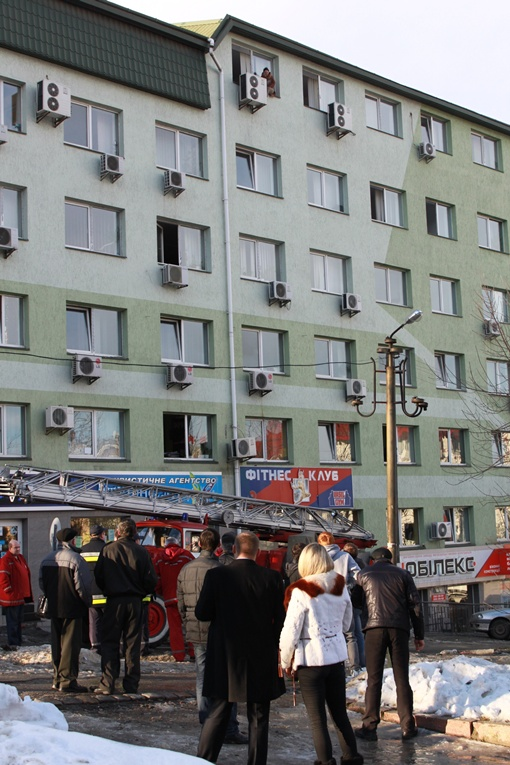 Девушка. которая хотела покончить с собой, сидела на подоконнике на шестом этаже. Фото Мирославы Бзикадзе.