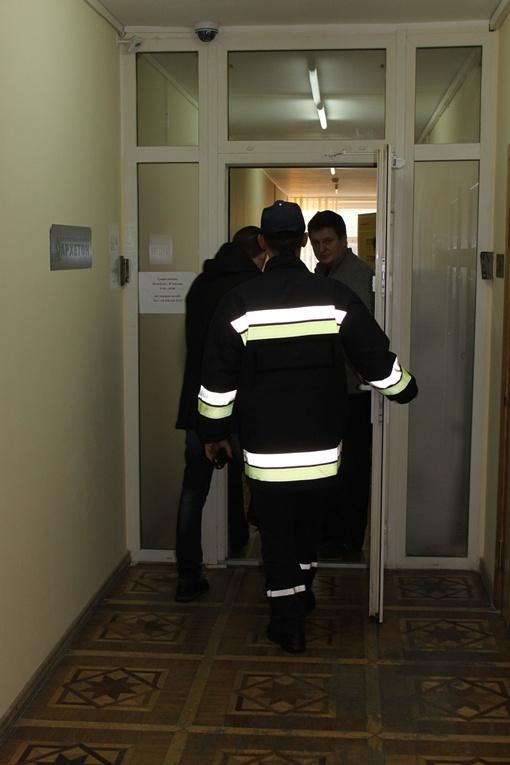 Спасателям пришлось выломать двери. Фото Татьяны МЕШКО.