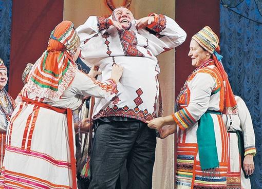 В Саранске актер получил еще и русскую народную рубаху. Чтоб стать россиянином не только по паспорту Фото: Алексей ОВЧИННИКОВ