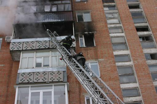 Попасть в горящую квартиру пожарным удалось через балкон с помощью автолестницы . Фото ТУ МЧС в Полтавской области