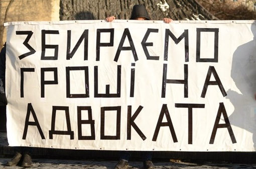 Около 30 молодых людей возле памятника Шевченко всячески старались привлечь внимание львовян. Фото: из социальных сетей