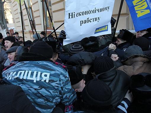 При подъезде кортежа протестующие попытались перекрыть дорогу, но милиции удалось оттеснить их на соседнюю улицу. Фото: УНИАН.