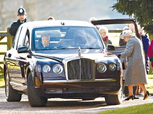 Толпа зевак громко аплодировала водителю 86-летней королевы Елизаветы, когда мотор вручную собранного Bentley наконец-то взревел. Фото: Getty Images.