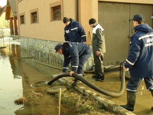 Вода затопила сотни дворов. Фото ГУ ГСЧС в Ивано-Франковской области