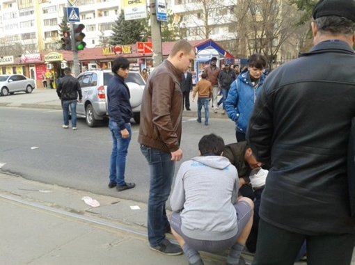 Луганчане оказывали пострадавшему первую медицинскую помощь. Фото очевидцев.
