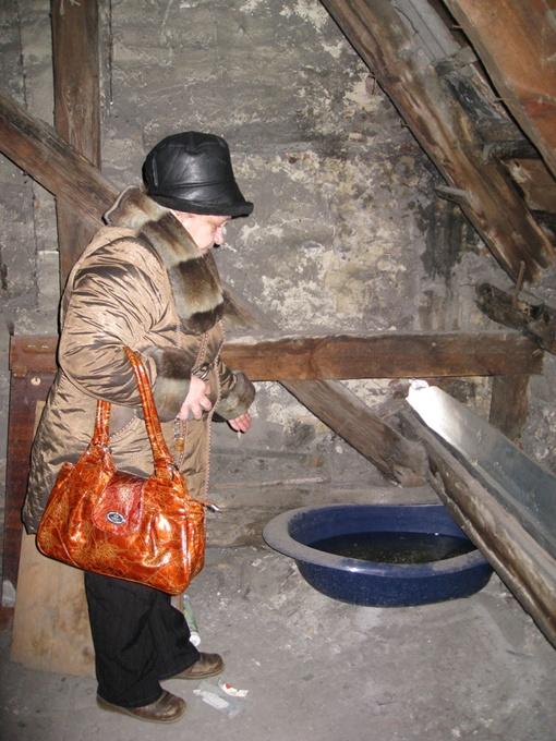 Татьяна Чулкова: Только и успеваю выливать воду из тазиков. Фото: автор.
